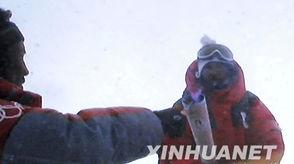 5月8日,北京奥运圣火珠峰传递登... 用取火棒点燃第一棒火炬手吉吉手...