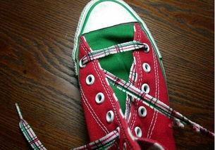 ...图把上面那一头的鞋带从上层穿入左边的孔;-鞋带怎么系好看简单 ...