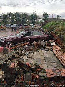 ...汽配城一堵围墙倒塌,压住四五辆豪车,所幸无人伤亡.据附近商...