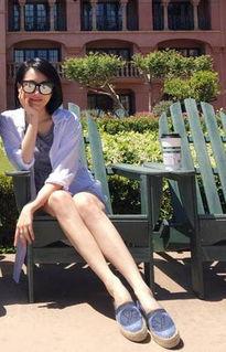 许晴美腿抢镜 与闺蜜白衬衫配热裤画面太美