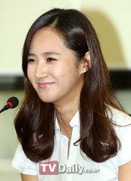 Yuri漂亮的笑容-国会议员携手少女时代成员 倡导平等演艺合约