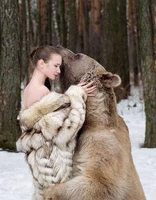 俄美女模特雪地里拥抱灰熊 反对猎杀动物