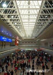 ...15日,旅客在北京西站准备进站乘车.新华社记者 -北京西客站迎来...