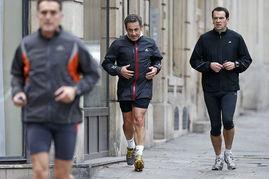 ...更多的是青年男女,甚至还有孕妇.法国人热爱跑步?-法国前总统也...