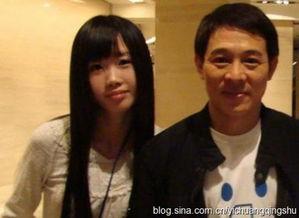 6年,他和同门师姐黄秋燕结婚,生下女儿李思、李苔蜜,后因移情利...