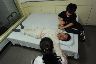 ...次张小宾的康复按摩时间是小辉最忙碌的时候,他认真地跟医生学...