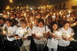 秘鲁民众聚集街头为日本地震遇难者默哀