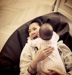 章子怡晒女儿趴自己身上照 一脸满足母爱满溢