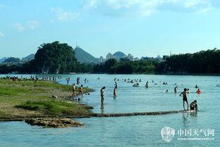 ...漓江边上,浑然天成了一道美景(摄影:胡维)-桂林高温市民戏水漓...