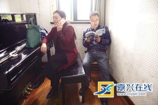 女儿上课,唐侠和郝玮在校园的一角等女儿.-伴读