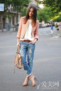 女性风情的裸色高跟鞋碰撞的混搭让你的牛仔裤搭配显得别有一番味道...