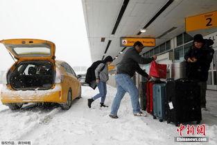 ...,旅客在大雪中整理行李箱.-炸弹气旋 为纽约带来暴雪 行人满脸冰碴