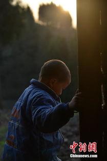 8岁艾滋男孩的孤单生活 百余村民联名驱逐