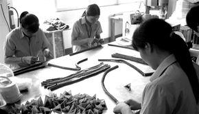 ...厂工人正在组装磁力玩具.-中小企业重压之下谋转型