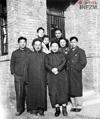 ...学系学生与老师费孝通和师母在清华园合影.前排左起:张祖道、费...