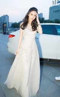 Angelababy穿白色长裙现身 美得像个洋娃娃