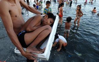 污一点的网名男生-...宾马尼拉,一名男孩儿为抵御高温和马尼拉湾的水质污染而躺在一...
