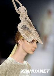 """...爱""""的春夏女装系列,25位国际名模展示了近50套最新设计时装. ..."""