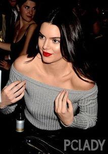 幼女做爱直播放-虽然红唇浓艳,香肩外露,明显是性感风格的装扮,放在Kendall身上...