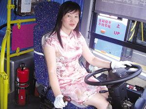 啊 停 啊轻点h文公车-旗袍美女司机开公交.  摄 -巾帼文明线美女司机穿旗袍开公交车引轰动