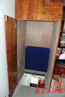 ...这个褐色实木的衣柜里一件衣服都没挂,而柜底隐约传来机器的轰鸣...