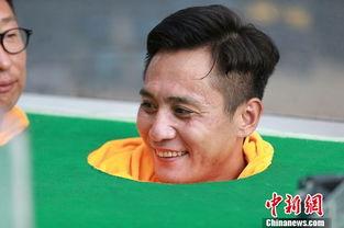 ...烨玩桌上足球赛口水乱飞 嘴里咬球瞪眼