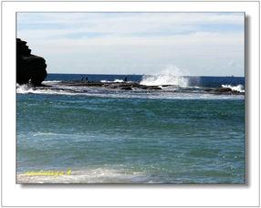 上,依旧不甘的眺望远处夜幕下模糊了的海景、静静地聆听海浪拍岸音...