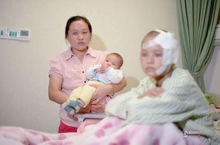 常州,14岁的婷婷(化名)头包纱布坐在病床上,婷婷妈妈抱着婷婷5...