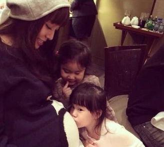 玮琪被干女儿吻大肚的照片.并写... 照片中,身怀双胞胎的范范大肚子...