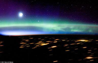 高纬度太空拍摄的壮丽极光美景