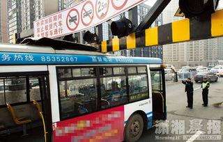 ...往南方向,一辆801路公交车撞上了新设置的限高门.图/记者 -一公交...