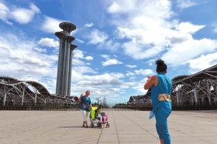 6月份北京连续多天空气质量优良,市民在奥森公园合影.京华时报记...