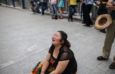 ...肥市站前路过街天桥上,河南男子薛某因与妻子感情纠纷,独自一人...