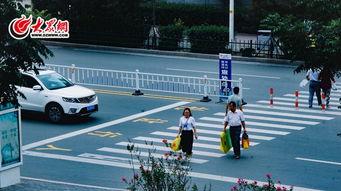 礼让斑马线-300万日照人都在转 日照一小女孩过马路,公交司机 全城...