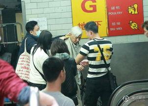 腾讯娱乐讯 日前网上曝光出一组张家辉白发造型现身香港菜市场的图...