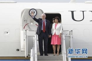 国副总统迈克·彭斯(前排左)走出机舱.当日,美国副总统迈克·彭...