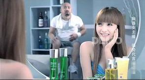 广告似重点在表现该款护肤品的水嫩亮白功效.广告开始只见一长发胡...