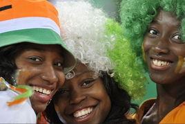科特迪瓦女球迷自信笑容 (图片来源:中国新闻网)-世界杯也是一场...