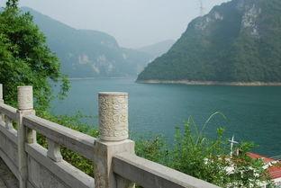 游玩在美丽的清江画廊风景区