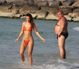 比基尼美女海滩遭发福大叔各种抢镜卖萌