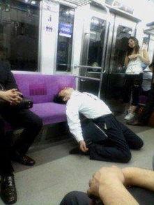 日本地铁奇葩多 神睡姿男 吸盘女 占座熊