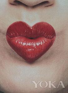 含着金币的嘴巴超吸睛,金色和紫色这对补色在双唇上营造出炫丽的美...