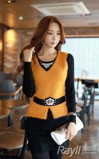 婷婷桃色网-...色长袖上衣搭配黄色马甲背心、黑色短裙和黑色打底裤-素色里的一点...
