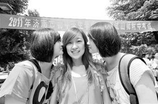 ...考场的甸柳一中双胞胎姐妹亲吻自己的班主任,感谢老师对她们的辛...
