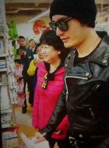 撸一管-最后黄晓明和黄妈妈一起来到超市购买生活用品,众粉丝也随行而来,...