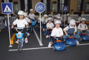 9月17日,在儿童交通安全训练营活动上,小朋友模拟真实环境体验