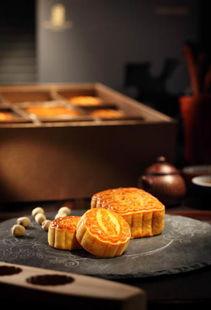 香港丽思卡尔顿酒店的双黄白莲蓉月饼及迷你奶黄月饼-香港丽思卡尔...