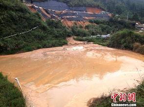 唐储-图为采矿点储水池内仍有未排出的呈黄色矿尾水 唐梦宪 摄