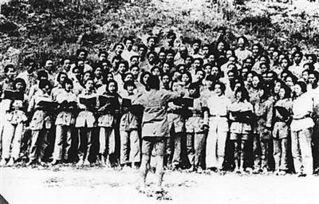 ...曲曾极大鼓舞了中国人的抗日士气.图为延安时期军民高唱《黄河大...