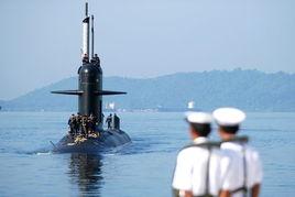 9月17日,在东马来西亚沙巴州马皇家海军基地,两名水手注视着马来...